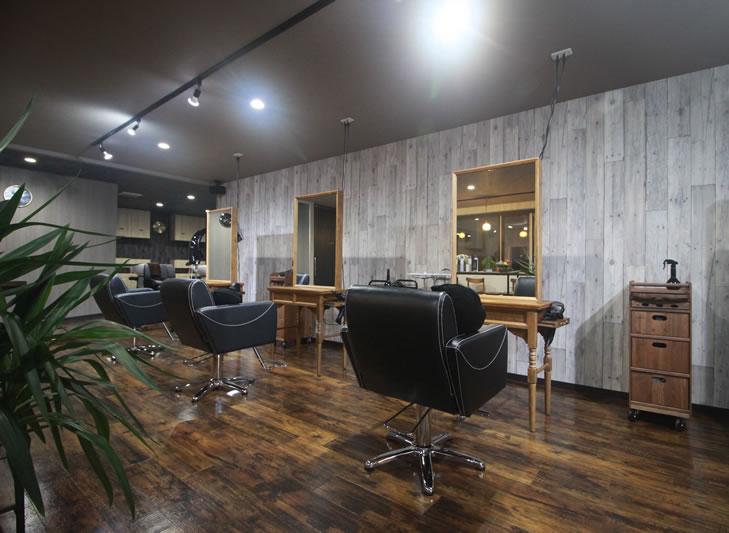 帯広市近郊、音更町にある美容室 TSUGI -ツギ-の店舗内観、木目を基調として優しくオシャレな雰囲気と過ごしやすいようにこだわったイスなどでリラックスしやすい空間です。