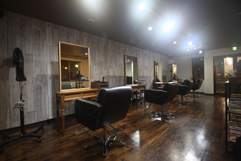 帯広市近郊、音更町にある美容室 TSUGI -ツギ-の店舗写真、リラックスできる椅子、髪型をしっかりと確認できる木製の鏡、明るく照らすライトアップ、ゆったりとした上質な空間でリラックスしてお過ごしいただけます。