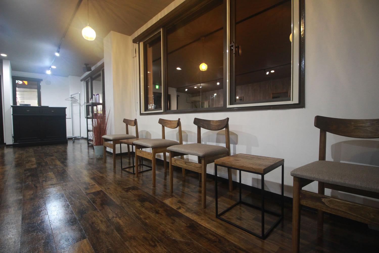 帯広市近郊、音更町にある美容室 TSUGI -ツギ-の待合スペース、カフェのようにのんびりお待ちいただけます。